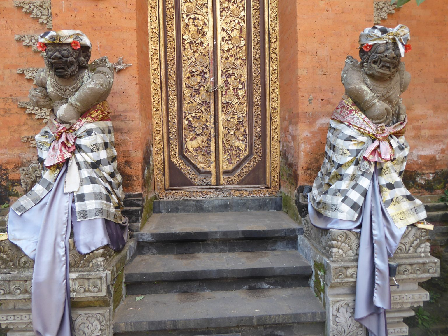 Inside Ubud Palace - 2 Hindu statues either side of a door